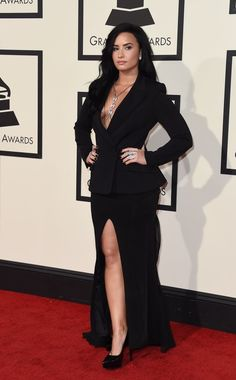 Demi Lovato looked beyond chic in all black on the 2016 Grammy Awards red carpet. Demi Lovato Body, Cuerpo Demi Lovato, Demi Lovato Style, Demi Lovato Dress, Selena Gomez, Demi Lovato Pictures, Cowgirl Style Outfits, Queen, Red Carpet Looks