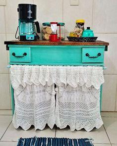 Demorou para chegar a Cafeteira,mas agora posso mostrar mais um DEPOIS e ANTES....meu Cantinho do Café feito com balcão de pia de banheiro velho 💗💗💗💗 é muito amor 💙💙💙💘#amor #cafe #reciclagem #reciclamoveisvelhos #decoracaoretro #decoraçao #dolar #decoracaovintage