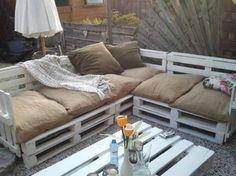 tuin   loungebank gemaakt van oude pallets, met kussens van jute zakken