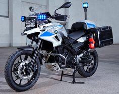 BMW本社が発表した白バイ(ポリス仕様車)が堪らなくカッコ良かったので、ご紹介いたしますね!  R1200RT Police  これ程までにポリス仕様がキマるバイクが他にあるでしょうか? 最初に紹介するのはBMWの一般的なポリス仕様車、日本的に言うと「白バイ」になります。 大型パニアは容量56L。シングルシートカウル内には無線機が収まります。   まず目に付くのは、左右に搭載された青色LEDビーコンライト。   そして伝統の空冷水平対向エンジンの横には、出動時に警告音を発生させるスピーカーとライトを搭載しています。エンジンガードも装備されています。   リアにもフロントと同じ青色LEDビーコンライトが搭載されています。こちらは伸縮式ポールに内臓されており、出動時にはポールが伸びてライトは高い位置に来ます。またリアの青色LEDライトは回転式です。   コチラはライダーズビュー。特徴は、その特殊装備を操るためのスイッチがとにかく多い点です。 スイッチが多いというだけで、幼少期のワクワク感がよみがえります。  R1200RT MP仕様   MP(Military…