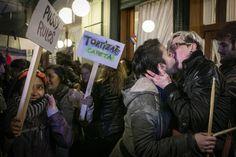Un 'besazo' contra la discriminación homosexual en Argentina Decenas de lesbianas protestan frente a un histórico café de Buenos Aires del que echaron a una pareja. #euforiaonline