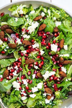 Sommersalat med broccoli, feta og granatæble Greek Recipes, Raw Food Recipes, Salad Recipes, Healthy Recipes, Salad Menu, Salad Dishes, Crab Stuffed Avocado, Waldorf Salat, Helathy Food