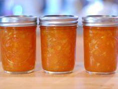 La marmellata di carote, preparata bollendo le carote col limone, passandole e unendole successivamente allo zucchero, è una confettura che può esser...