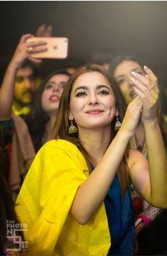Pakistani Fashion Casual, Pakistani Dresses Casual, Pakistani Wedding Outfits, Pakistani Girl, Pakistani Dress Design, Pakistani Actress, Pakistani Dramas, Indian Outfits, Beautiful Girl In India