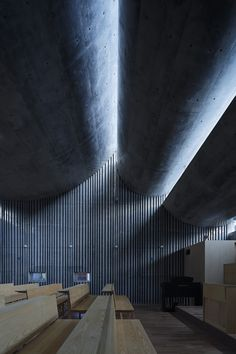 Image 6 of 33 from gallery of Shonan Christ Church / Takeshi Hosaka Architects. Photograph by Koji Fujii / Nacasa&Partners Inc. Architecture Ombre, Shadow Architecture, Japan Architecture, Concrete Architecture, Sacred Architecture, Religious Architecture, Church Architecture, Light Architecture, Interior Architecture