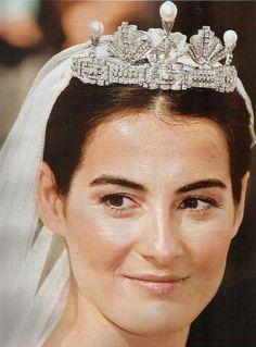 una espectacular tiara antigua de brillantes y perlas perteneciente a su abuela paterna Paloma Urquijo, viuda de Domecq.