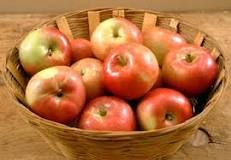 http://www.cooksinfo.com/apples  4 SMALL APPLES = 1 LB  3 MEDIUM APPLES = 1 LB  2 LARGE APPLES = 1 LB