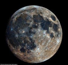 ポーランドの写真家Bartosz Wojczyskiが撮影した史上最も鮮明な月面写真 http://www.awesomeinventions.com/astrophotographer-combines-32000-shots-to-get-high-res-image-of-moon/… ポーランド南部ピェカルィ・シロンスキェの自宅バルコニーから6時間掛けて撮影した3.2万枚の写真を合成
