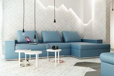 wohnzimmer pendelleuchten weiße hocker hellblaues sofa