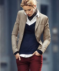 Country casuals – the navy jumper teamed with burgundy gives this look the edge Country Casuals – der Navy-Pullover in Kombination mit Burgunder verleiht diesem Look den letzten Schliff Tweed Blazer Outfit, Look Blazer, Tan Blazer Outfits, Burgundy Pants Outfit, Beige Blazer, Preppy Look, Preppy Style, Mode Outfits, Casual Outfits