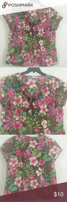 "Caribbean Joe Island Flower Short Sleeve Top ~ XL Caribbean Joe Island supply Floral Button down Sleeveless top, XL, made in China, 55% Cotton, 45% Polyester. Length~26"" Armpit to armpit~22.5 Sleeve length~6.5"" Thanks for looking Caribbean Joe Tops Button Down Shirts"