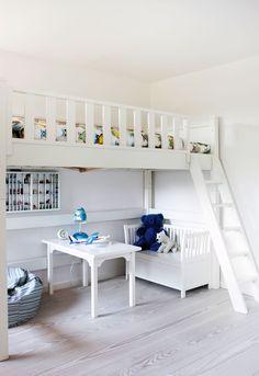 Christina holdt så meget af sit barndomshjem, at hun straks slog til, da det 380 m2 store hus var blevet for meget for moderen. I dag er huset ændret - men på en måde, der respekterer arkitekten Jørn Utzons idéer.