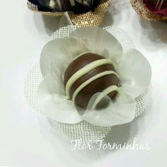 Forminha em tecido para doces finos.  Camélia 5 pétalas.    Dimensão do produto: 8 cm  Fundo 3 cm    Duas camadas.    COR: Baunilha    Doce não incluso.