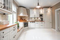 Maalaisromanttinen keittiö White Kitchen, Kitchen Cabinets, Kitchen Room, Modern Kitchen Room, House Design Kitchen, Kitchen Dining, Modern Kitchen Design, Corner Stove, Home Decor Furniture