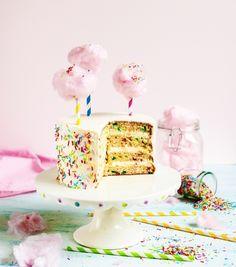Trendikäs confettikakku on juhlien vetonaula. Koristeet leivotaan luomuksen sisälle ja kakku viimeistellään pinkeillä sokeripilvillä -katso ohje!