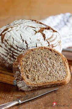 Crispy farmhouse bread with sourdough, sesame and mo Knuspriges Bauernstuben-Topfbrot mit Sauerteig, Sesam und Mohn Barely cooled, Mr. Hansi Rübe cut a few slices off the fresh farmhouse bread. He couldn& wait to see the crispy crust … - Italian Cookie Recipes, Italian Desserts, Mexican Food Recipes, Cooking On The Grill, Cooking Time, Healthy Desserts, Delicious Desserts, Gourmet Desserts, Pain Artisanal