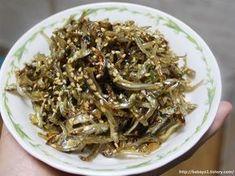 멸치볶음은 간장이나 고추장에 흔히 버무려 먹는데요. 한 끼 줍쇼 방송에서 마요네즈에 버무린 멸치볶음이 소개되었지요. 그런데 얼마나 맛있으면 강호동 씨가 극찬을 한 후 말도 없이 계속 멸치볶음에 밥만 먹더.. Asian Recipes, Beef Recipes, Cooking Recipes, Ethnic Recipes, K Food, Vegetable Seasoning, Korean Food, Kimchi, Japchae