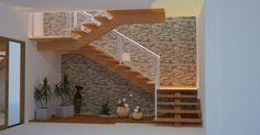 Escada de Madeira e parede de Pedra