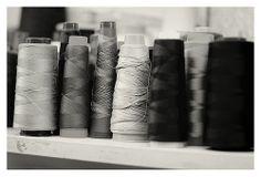 stock bobines de fil L'atelier de couture d'Alfredo Rodrigues, tailleur rue de Bourgogne à Orléans - France