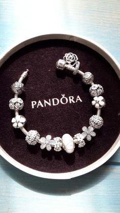 een paraplumerk houdt in dat alle producten van dezelfde fabrikant dezelfde merknaam hebben. dit wordt ook wel een collectief fabrikantenmerk genoemd. zoals Pandora. Dit merk heeft armbanden, oorbellen, kettingen, ringen enz. maar het wordt allemaal Pandora genoemd. WOMEN'S JEWELRY