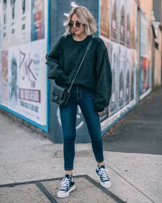 33 Newest Winter Outfits Ideas That Can You Copy Right Now - Pullover Converse Haute, Mode Converse, High Top Converse Outfits, Outfit With Black Converse, Skinny Jeans Converse, Converse Style, Oversize Pullover, Oversized Sweater Outfit, Green Sweater Outfit