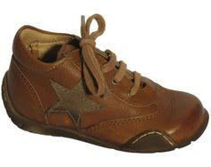 Smart pige sko i brun med den velkendte stjerne fra Bisgaard. Modellen findes i flere farver, og er god som både indendørssko og til udendørs brug forår, sommer og efterår.