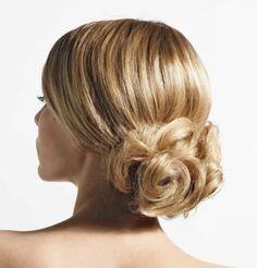 Avec ce chignon bas et chic, votre coiffure de mariée trouvera de belles valeurs esthétiques. Les cheveux s'entremêlent et entrelacent les mèches pour confectionner ce joli chignon...