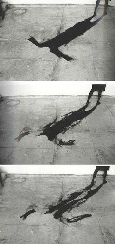 Helena Almeida, 1996,nesta década a escultura e a performance são as linguagens a que devemos recorrer.Nesta época foca-se uma vez mais a relação entre o corpo e o seu local de trabalho.Verificamos a sombra projetada da artista de uma forma grotesta,assustadora e irreal .