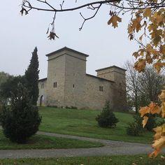 Mendillorri, antes perteneciente al valle de Egüés, ahora a Pamplona. Pequeño palacio de origen #medieval situado en una zona verde junto al lago. (Foto @carlosoberon)