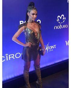 Gladiadora fashion! @thailaayala apostou no dourado pro look do #BailedaVogue. A combinação vestido curtinho  bota over the knee  acessório de cabeça estão puro desejo! Regram @glamourbrasil