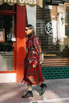 It's Possible to Look Cool in Bad Weather—Here's Proof via Add a pop of color to your outfit with your trench. Cute Raincoats, Raincoats For Women, Looks Street Style, Street Style Women, Caroline Daur, Girl Fashion, Fashion Tips, Fashion Trends, Style Fashion