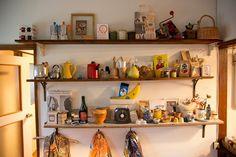 """ここにあるものはすべて浅本さんの""""道具""""。飾るために買ったものではなく、日常的に使うものが並んでいる。"""