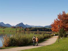 """Das Bio-Hotel Eggensberger bietet natürliche Wellness auf höchstem Niveau. Eine der schönsten """"Wellness-Anwendungen"""" ist aber die prachtvolle Landschaft selbst, die sich rund um das familiengeführte Biohotel im Allgäu erstreckt. Wandern und Spazieren durch sonnige, bunte Herbstnatur ist gleichsam Wellness für die Seele."""