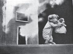 Filhotinhos já são fofos, né? Agora imaginem vários deles, fazendo poses de gente e em fotos vintages… É pra morrer de tanto amor! O fotógrafonorte-americano Harry Whittier Frees pegou filhotes de cachorrinhos e gatinhos, colocou roupinhas fofas e fez vários registros. E o melhor: isso tudo aconteceu lá no começo do século XX, em 1914! …
