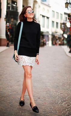 Street style look suéter preto, saia renda e sapato preto.
