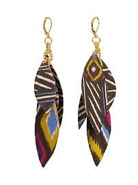 Tribal earring made of fabric.