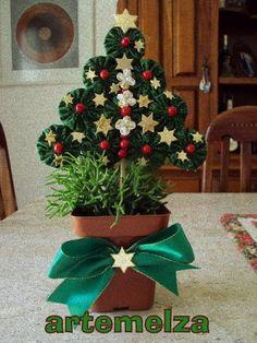 Que tal enfeitar os vasinhos de planta?    Fica bem bonitinho, enfeita muito a casa e é um lindo presente.     Muito fácil e rápido de f...