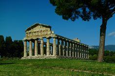 Von großer Bedeutung sind die 3 großen dorischen Tempel in Paestum: der Hera-Tempel (um 540 v. Chr.) - damals einer der größten griechischen Steintempel, der Tempel der Athena (um 510 v. Chr.) hier im Bild und der Poseidon Tempel (um 450 v. Chr.). Außerdem beeindrucken die 4,75 km lange Stadtmauer, das römische Amphitheater, der Versammlungsort der Bürger - das Comitium, u.v.m. Foto: Athena Tempel, Paestum © Regione Campania