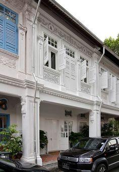 บ้านหลังนี้ เป็นบ้านเก่า สถาปัตยกรรมยุคอาร์ต เดคโค (..แถวๆบ้านเราก็ดูได้จาก เฉลิมกรุง และแถวราชดำเนิน รวมถึงศาลฎีกา ที่ถูกทุบทิ้งไปอย่างน่า เสียดาย ) เจ้าของใหม่ของบ้านหลังนี้ มีความรู้สึกว่าบ้านค่อนข้างมืดทึบ และต้องการให้พื้นที่อยู่อาศัยในบ้านหลังนี้ สว่างขึ้น และโปร่งโล่ง มีอากาศถ่ายเทได้สะดวก ขณะเดียวกันก็ไม่ต้องการทำลายสถาปัตยกรรมดั้งเดิมของบ้าน