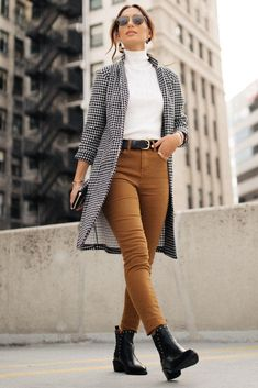 fashion outfits for work / fashion outfits women Summer Work Outfits, Casual Work Outfits, Work Casual, Outfit Work, Outfit Summer, Chic Outfits, Casual Summer, Casual Office Wear, Brown Pants Outfit For Work