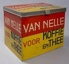 """Geel en rood rechthoekig koffie- en theeblik, met scharnierdeksel, met """"Van Nelle voor Koffie  en Thee ..."""""""