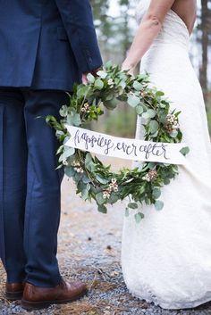 The Best Christmas Wedding Flowers for that Festive Feel - Wedding wreath | CHWV
