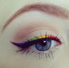 Bando al nero! Se vuoi uno sguardo super pop, scegli un arcobaleno che illumini i tuoi occhi. Con un eyeliner colorato puoi giocare su tutte le sfumature iridate, nessuna esclusa.  -cosmopolitan.it