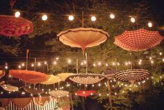 Una combinación de sombrillas y luces colgantes, esta decoración queda excelente en lugares abiertos