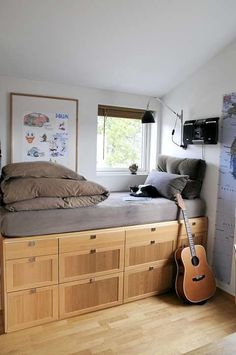 OPPBEVARING. Barnas senger har fått tre etasjer med skuffer under madrassen for oppbevaring. Dette gjør at sengen ligger på høyde med vinduene. Disse skuffene er egentlig en kjøkkenmoduler.