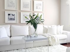 Seinät taululla tuovat kivaa rytmiä valkoisen olohuoneen sisustukseen