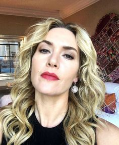 A fresh and timeless makeup look from our very own Lancôme ambassadress: the radiant Kate Winslet! Spotted at The Dressmaker Premiere. English Actresses, Actors & Actresses, Titanic Kate Winslet, Blond, British Academy Film Awards, Celebrity Faces, Female Stars, Real Beauty, Beauty Shop