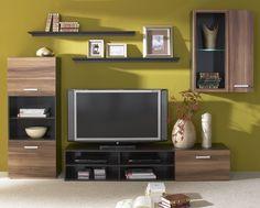 Meblościanka składająca się z czterech mebli: szafki rtv, witryny, 2 półek oraz komody. Meblościanka znajdzie miejsce w mniejszych jak i większych pomieszczeniach. Półki wiszące pozwolą Ci zagospodarować książki, kwiaty, czy zdjęcia. Natomiast mocna szafka rtv pozwoli na swoim blacie zaaranżować duży telewizor, pod spodem znajdziesz miejsce także na dekoder czy inny sprzęt rtv. Elegancka witryna z szklaną półką oraz pojemna komoda.