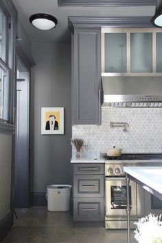 There are so many designs for kitchen, however, for today's article, I will show you the stunning grey kitchen cabinets that you can steal the inspiration! Kitchen Interior, New Kitchen, Kitchen Decor, Design Kitchen, Kitchen Grey, Awesome Kitchen, Kitchen Pantry, Sweet Home, Cocinas Kitchen