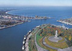 Westerplatte, Poland Il 25 agosto 1939 si avvicina a Westerplatte la corazzata della kriegsmarine Schleswig-Holstein, ufficialmente in visita di cortesia alla città di Danzica. La mattina del 1º settembre 1939, alle ore 04:48 la nave apre il fuoco sulla città e sulla fortezza di Westerplatte, dando così inizio alla seconda guerra mondiale.
